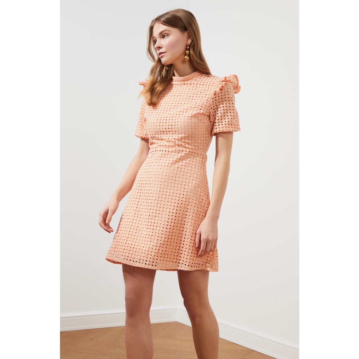 Trendyol Powder Ruffle Detail Brode Dress dámské powder pink 40