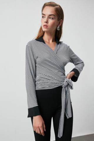 Trendyol Knitted Blouse with Black Collar Detailing dámské XS