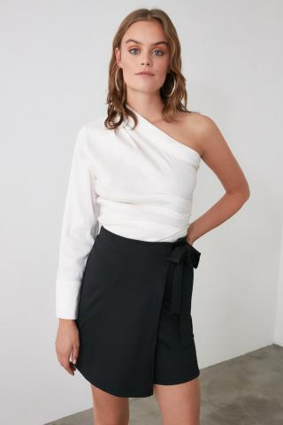 Trendyol Knitted Shorts with Black Binding Detail & Bermuda dámské M