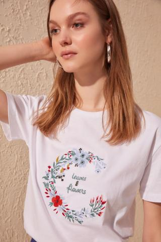 Trendyol White Embroidered Basic Knitted T-Shirt dámské S